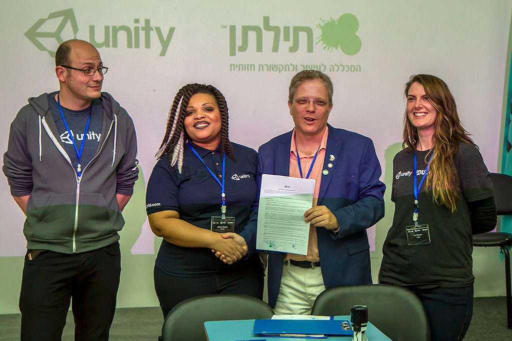נציגי יוניטי בעת חתימת ההסכם